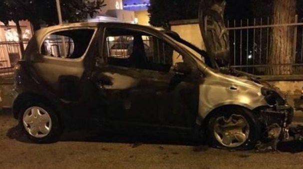 La Toyota Yaris distrutta  dalle fiamme
