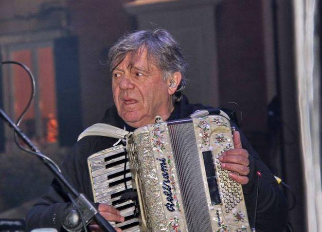 Beppe Carletti con la fisarmonica festeggia il nuovo anno (Foto Ravaglia)