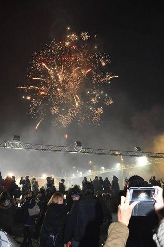 I fuochi d'artificio in piazza dei Martiri (foto Artioli)