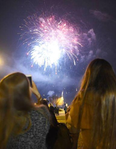 Con il naso all'insù per i fuochi d'artificio (foto Migliorini)