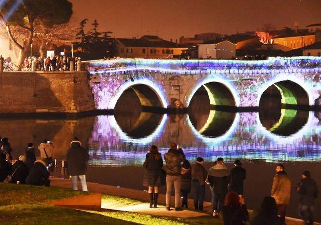 Il ponte di Tiberio illuminato (foto Migliorini)