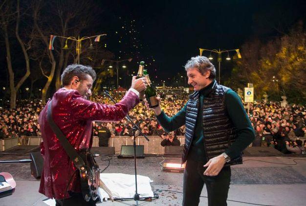 Brindisi sul palco: Daniele Silvestri e il sindaco Gnassi