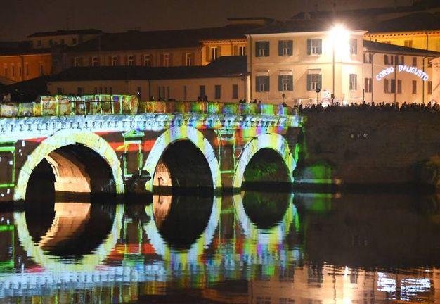 Il ponte illuminato (Foto Migliorini)