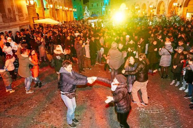 Tante persone a ballare sotto le stelle per festeggiare l'arrivo del 2018 (foto Zeppilli)