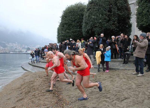 Il tradizionale tuffo nel lago di Como l'1 gennaio