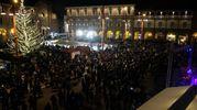Luci e festeggiamenti in piazza Saffi per l'arrivo del 2018 (foto Frasca)