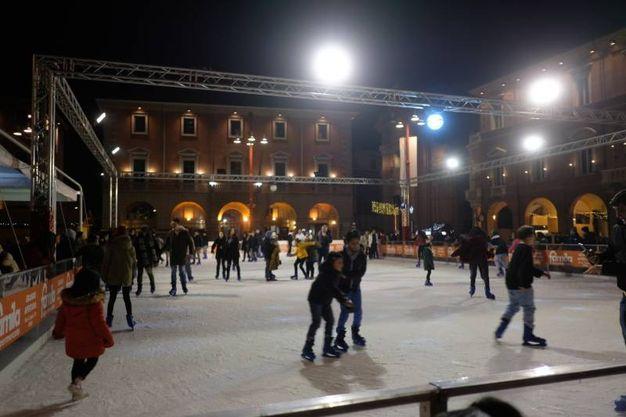 Divertimento presso la pista di pattinaggio su ghiaccio presente nella piazza (foto Frasca)