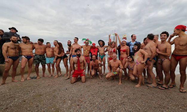 Più di cinquanta persone per il primo bagno dell'anno (Fotoprint)