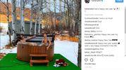 Bagno all'aperto per Bella Hadid, che cita Gino (Instagram)