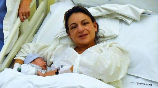 Roberto Capovani, primo nato reggiano del 2018, abbracciato dalla madre Elisa Casari