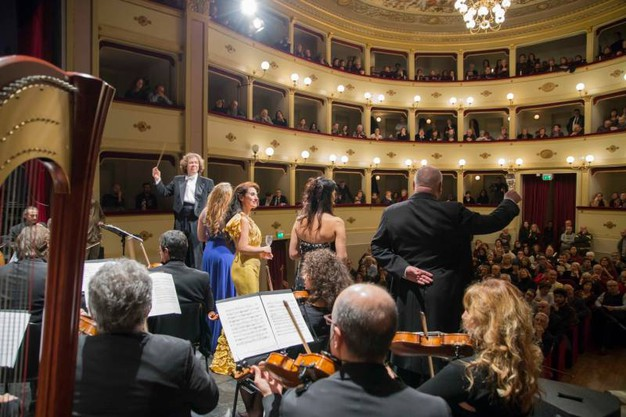 Concerto di Capodanno al Teatro Annibal Caro di Civitanova Alta, sul palco l'Orchestra Sinfonica Puccini, diretta dal Maestro Alfredo Sorichetti, con la partecipazione del soprano Donata D'Annunzio Lombardi(foto De Marco)