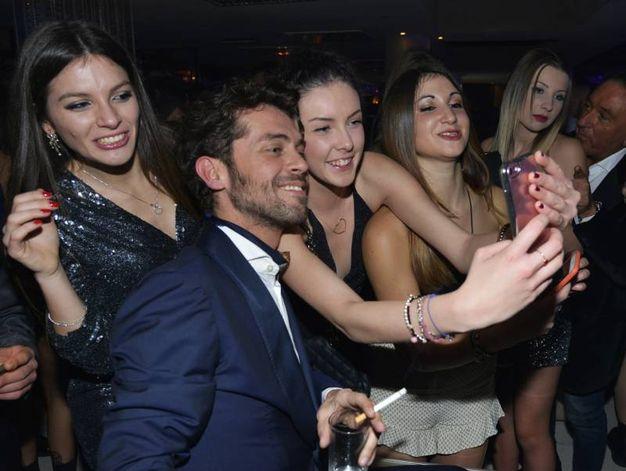 Un selfie per il protagonista del Grande Fratello Vip (foto Carlo Morgagni)