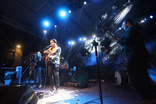 Applausi per il cantautore Colapesce (foto Antic)