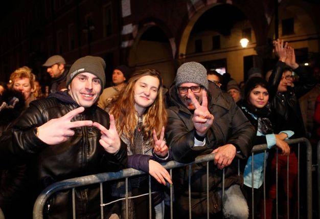 Giovani in piazza (foto Corelli)