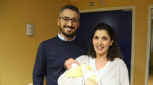 Teresa e Francesco con il piccolo Enea, il primo nato del 2018 a Bologna