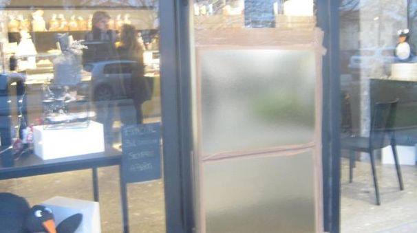 La porta della pasticceria ora chiusa con del legno