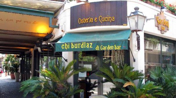 BECCATA A destra il ristorante dove si è verificato il furto: la ladra inchiodata dalle telecamere di sorveglienza