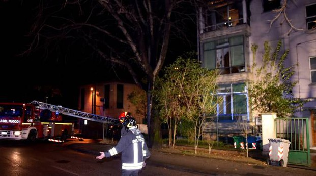 I vigili del fuoco davanti al condominio di via Duca d'Aosta 15 a Forlimpopoli (foto Fantini)