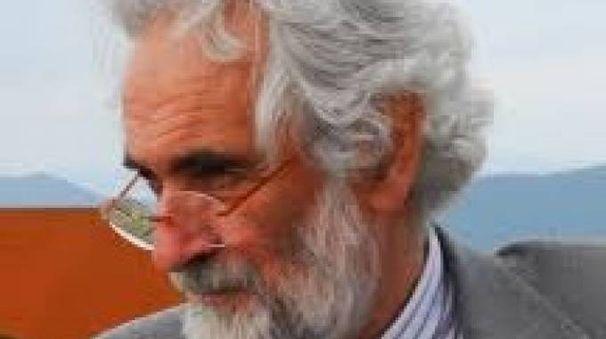 Mauro Staccioli  era nato a Volterra  nel 1937.  Ha sempre portato il Colle Etrusco nel cuore.  Nel 2009 diede vita ad un'importante mostra