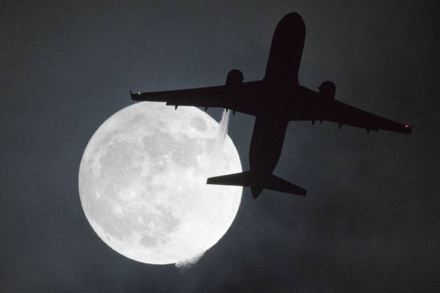 La superluna vista da Londra, all'aeroporto di Heathrow (Afp)