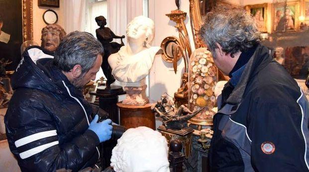 I carabinieri indagano tra le opere d'arte della famiglia Sgarbi