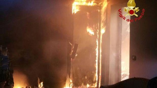 Incendio in una mansarda di un palazzo in viale Campania