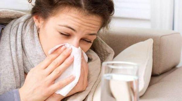 Per evitare di finire a letto, occorre evitare luoghi affollati, lavarsi spesso le mani e non avvicinarsi a chi starnutisce