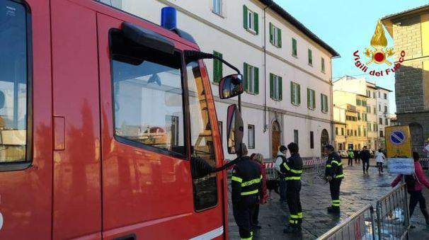 L'intervento dei vigili del fuoco in piazza del Carmine