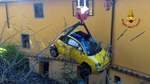 L'auto finita in un cortile privato, in via Chiantigiana, recuperata dai vigili del fuoco