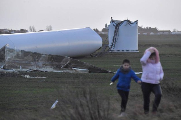 Passanti vicino alla pala eolica crollata per una tempesta a Bouin (AFP)