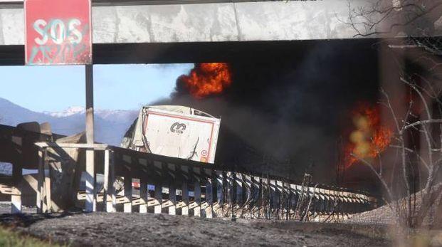 Incidente in A21, a fuoco camion con cisterna (Ansa)