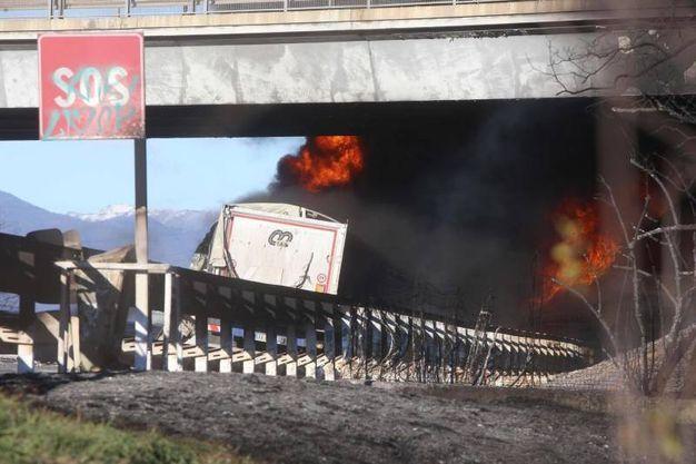 Il camion cisterna a fuoco (Ansa)