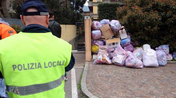 La spazzatura rimasta in strada