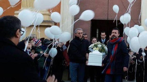 Palloncini bianchi per l'addio ad Andrea