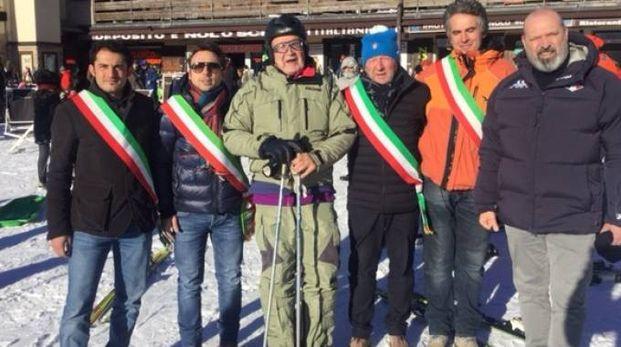 Al centro con il casco Romano Prodi (foto Vanoni)