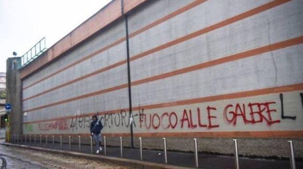 Una delle scritte che periodicamente compaiono  sulle mura  del carcere  di San Vittore Così anche  il 31 dicembre