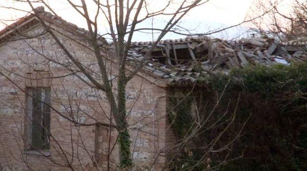 DANNI Il tetto crollato e l'assessore Sgarbi. Sotto,  il dipinto del Barocci