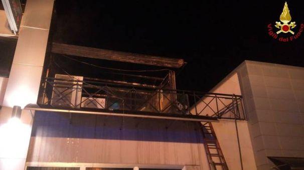 Il bar distrutto dal fuoco