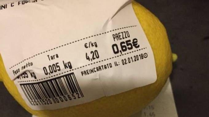 Un limone prezzato senza sacchetto (Twitter)