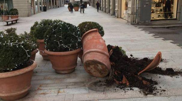 Il vaso dell'area pedonale distrutto nella notte