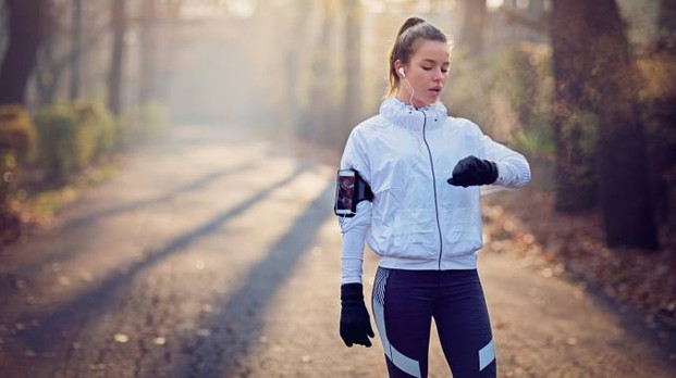 Una ragazza fa jogging con una app (foto iStock)