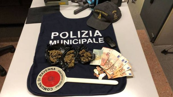 La marijuana e varie banconote sequestrate