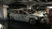 Automobili carbonizzate nel parcheggio di Liverpool (Lapresse)