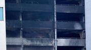 La facciata carbonizzata del parcheggio di Liverpool (Lapresse)