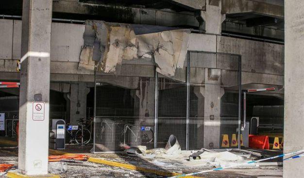 I danni al parcheggio andato a fuoco (Lapresse)