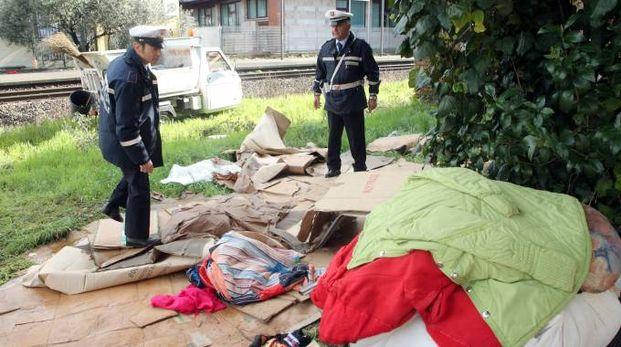 Un intervento dei vigili urbani per la rimozione di giacigli