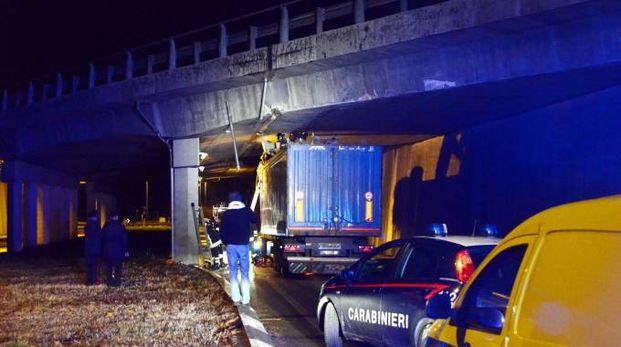 Il camion rimasto incastrato (Cardini)