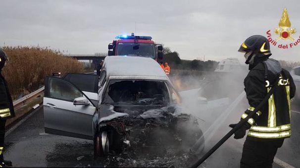 Il carro funebre a fuoco in superstrada