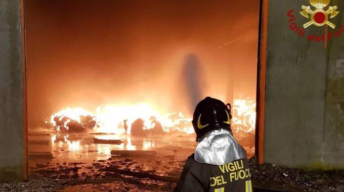 Il rogo scoppiato nel capannone nella serata di mercoledì: bruciano rifiuti