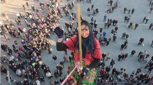 La befana scende su piazza Matteotti